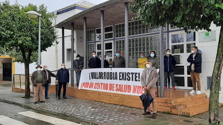Los vecinos de Villarrubia protestan ante el Centro de Salud.