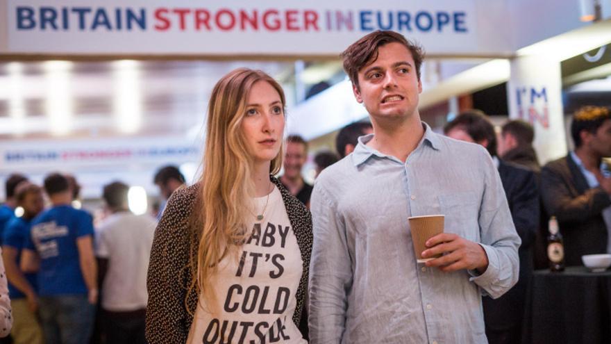 Partidarios de la permanencia en Europa observan los resultados que dan ganador al Brexit en el referéndum.