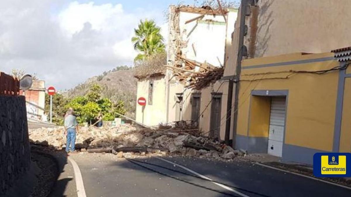 Vía afectada en Santa Brígida por el derrumbamiento de una fachada