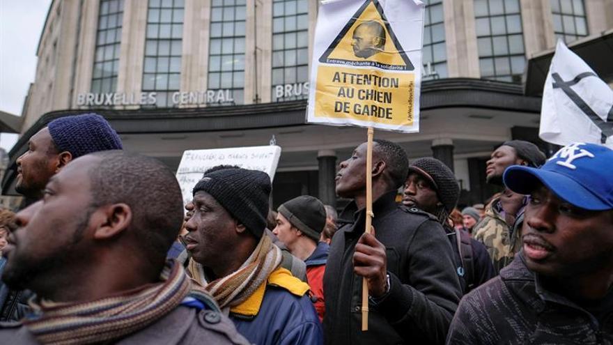 Más de 200 personas piden dimitir al secretario belga por el trato a los sudaneses