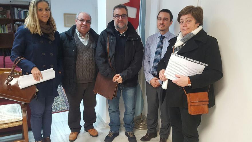 La alcaldesa de El Coronil (derecha) junto a miembros de la ARMH local y del equipo de Gobierno.   ARMH El Coronil