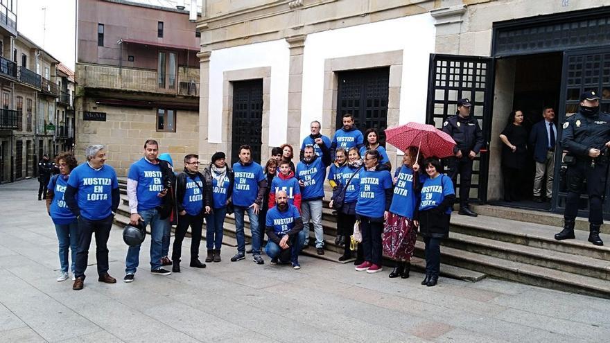 Persoal de justicia en huelga, esperando la llegada de Feijóo a las puertas del Teatro Principal de Pontevedra