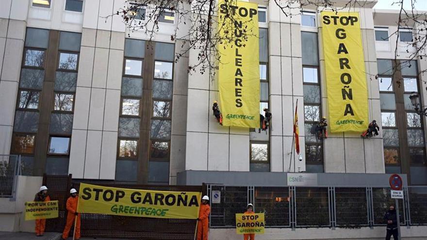 Greenpeace despliega dos pancartas en el CSN contra la reapertura de Garoña