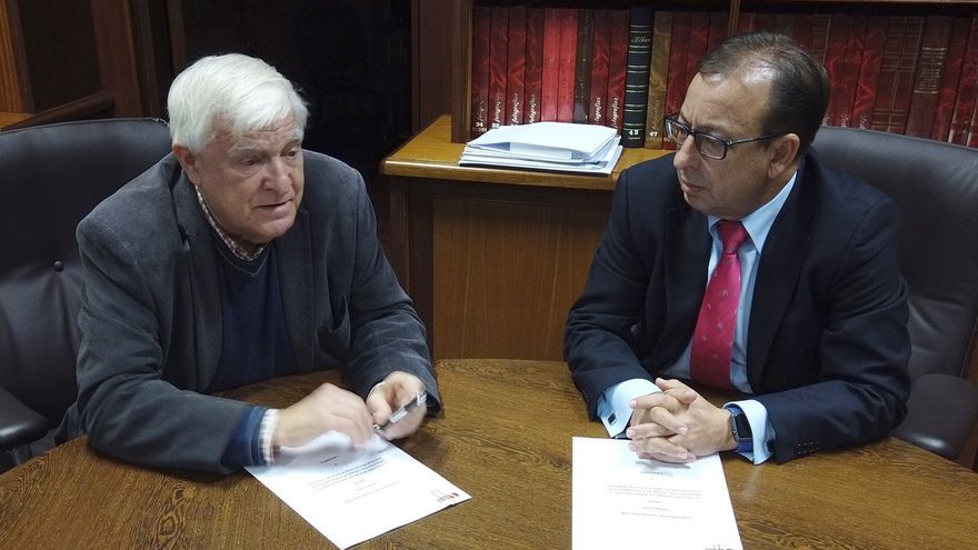 Miguel Ángel Fernández, por el Colegio de Aparejadores, y José Manuel Garrido, por Cajasiete, en el acto de rúbrica