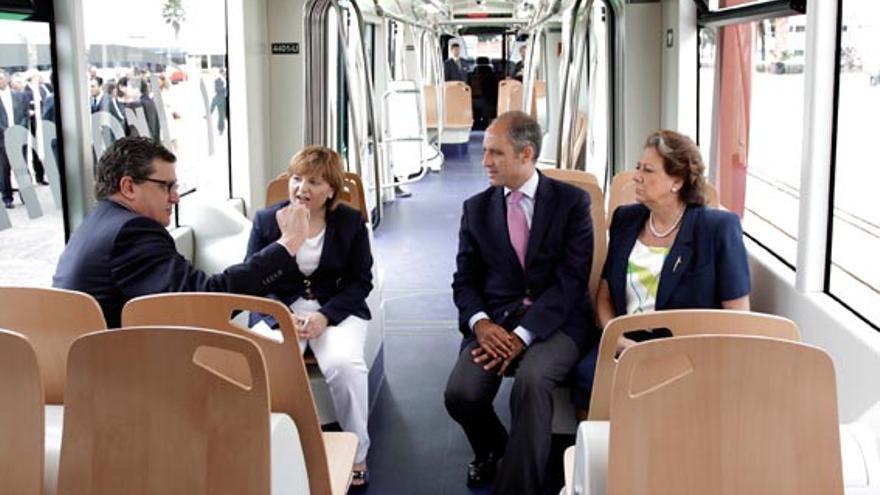 Camps, Barberá, Bonig y un representante de una multinacional ferroviaria, tras la compra de unos trenes para FGV.