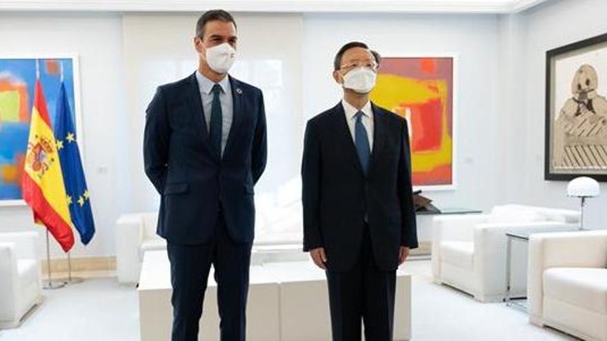 El presidente del Gobierno, Pedro Sánchez, y el director de la Oficina de la Comisión de Asuntos Exteriores del Partido Comunista de China, Yang Jiechi, durante el encuentro que han mantenido en La Moncloa.