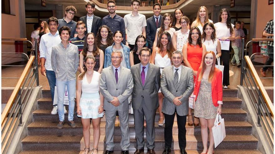En la imagen el grupo de jóvenes las mejores calificaciones de la Prueba de Acceso a la Universidad con los responsables de la ULL. Foto: Emeterio Suárez/ULL