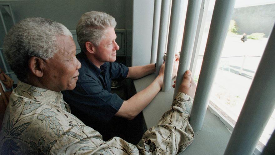 Mandela visita junto a Bill Clinton en 1998  la celda en la que estuvo prisionero en Robben Island durante 18 de los 27 años de su condena / Foto: AP