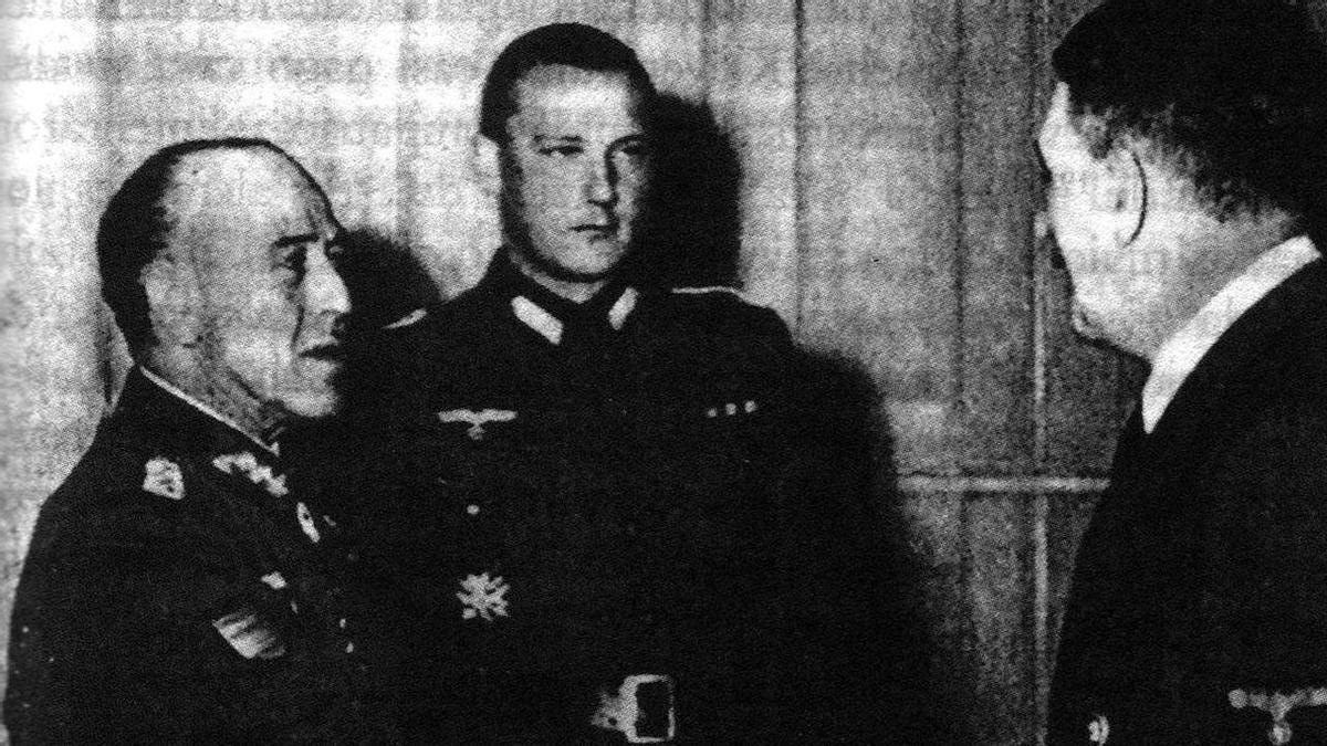 Hoffman, en una reunión con Hitler