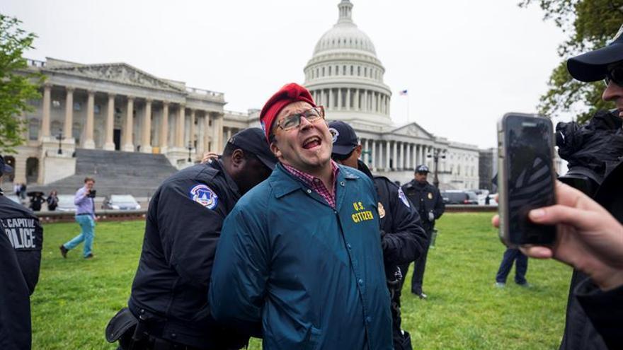 Detienen a activistas por fumar marihuana frente al Congreso de EE.UU.