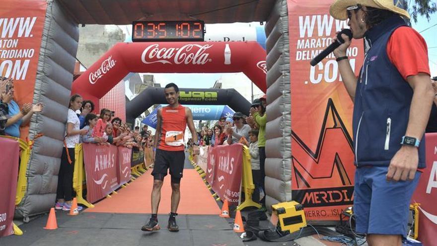 El atleta Cristofer Clemente se impone vencedor en la XI edición de la Maratón del Meridiano, por lo que el corredor gomero revalida su título y bate su propio récord en esta carrera de montaña de 42 Kilómetros en un tiempo de 3:50:30, superando el del año pasado en cerca de cuatros minutos (3:54:21). EFE/Gelmert Finol