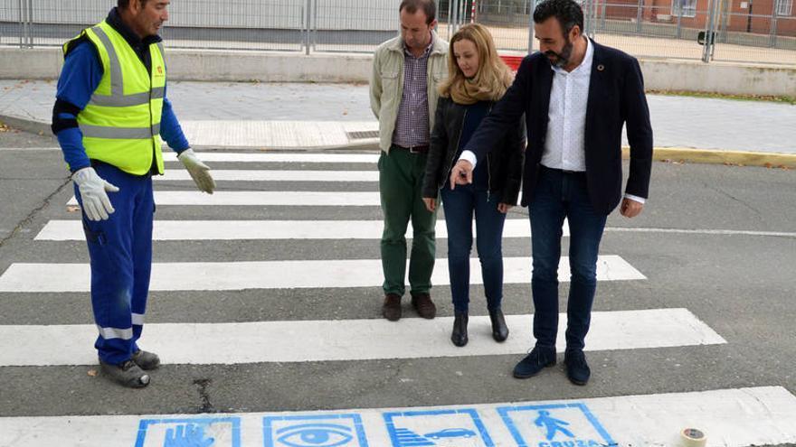 El alcalde y los ediles de Igualdad de Oportunidades y de Ciudad Sostenible, junto a los pictogramas en un paso de cebra FOTO:  Álvaro Díaz Villamil / Ayuntamiento de Azuqueca