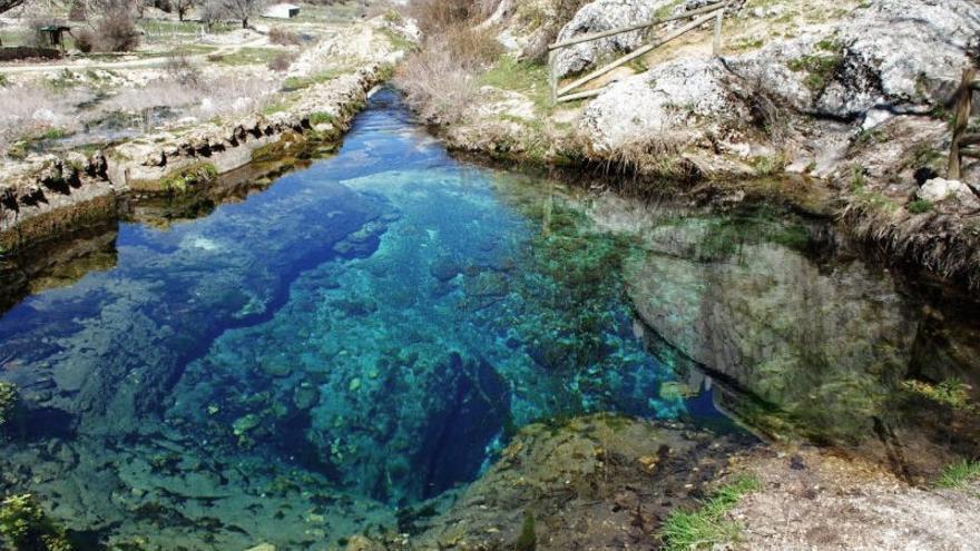 El Río Segura surge de una sima caliza. El páramo que rodea el pueblo de Pontones es un altiplano de campos despejados que contrasta con los bosques profundos de los alrededores. Viajar Ahora