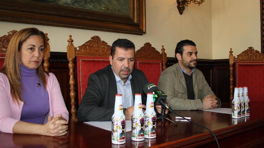 La concejal de Fiestas, el alcalde y un directivo de Dorada presentaron la nueva botella de cerveza (en la imagen)  que incorpora en su diseño a la figura de la Negra Tomasa.