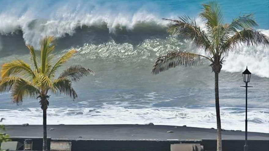 En la imagen, una de las olas registradas este martes en la playa del Puerto de Tazacorte.
