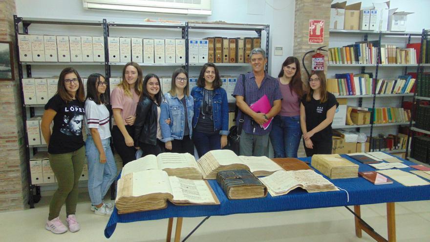 Alumnes de l'IES Enric Valor a l'arxiu municipal de Pego