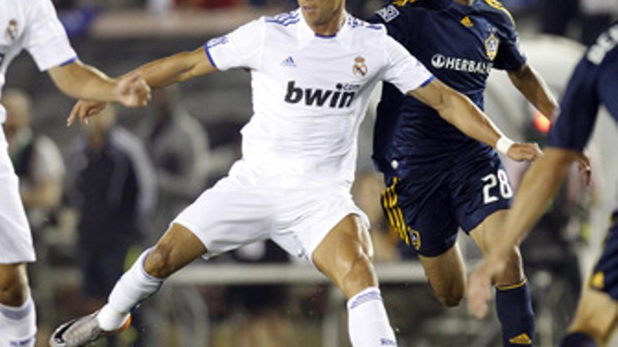 Cristiano Ronaldo pelea el balón