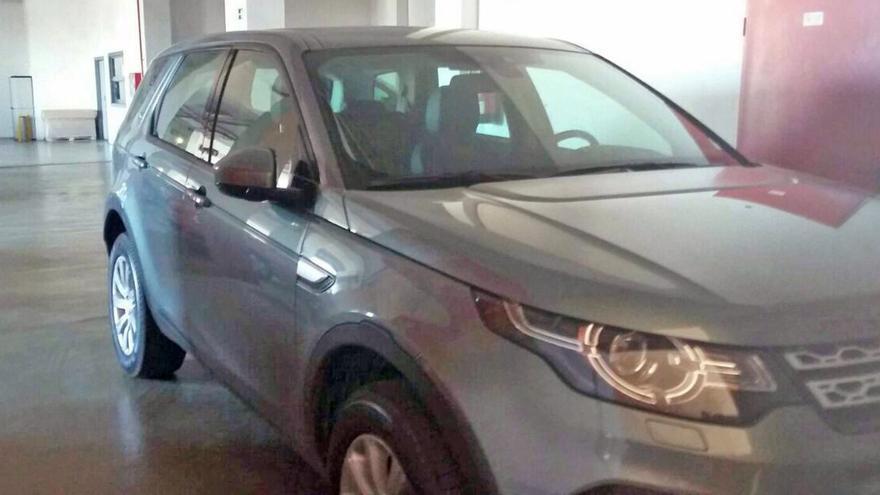 Uno de los cuatro Land Rover posee control de distancia de aparcamiento