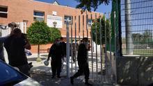 Las 13 personas migrantes, abandonando en la tarde de este lunes el pabellón deportivo de Granada