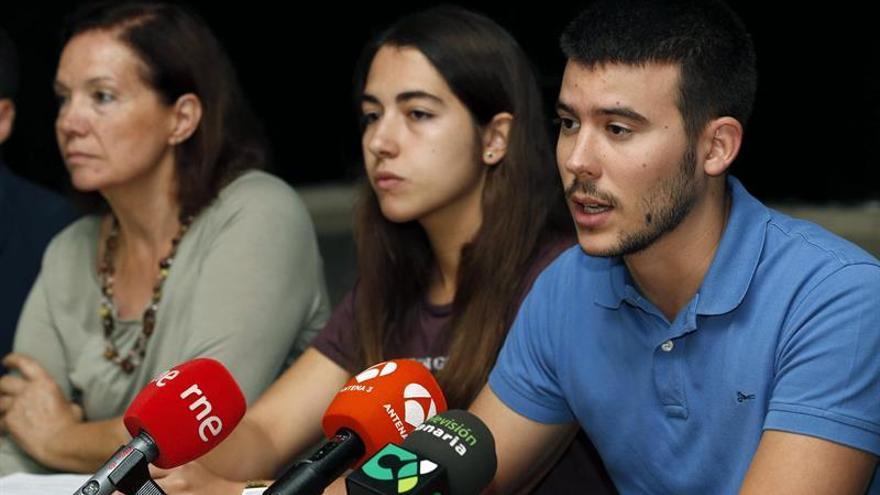 El responsable de la Coordinadora de Estudiantes de Canarias, Daniel Casal, junto a la representante de dicha organización Ada Santana. EFE/Elvira Urquijo A.