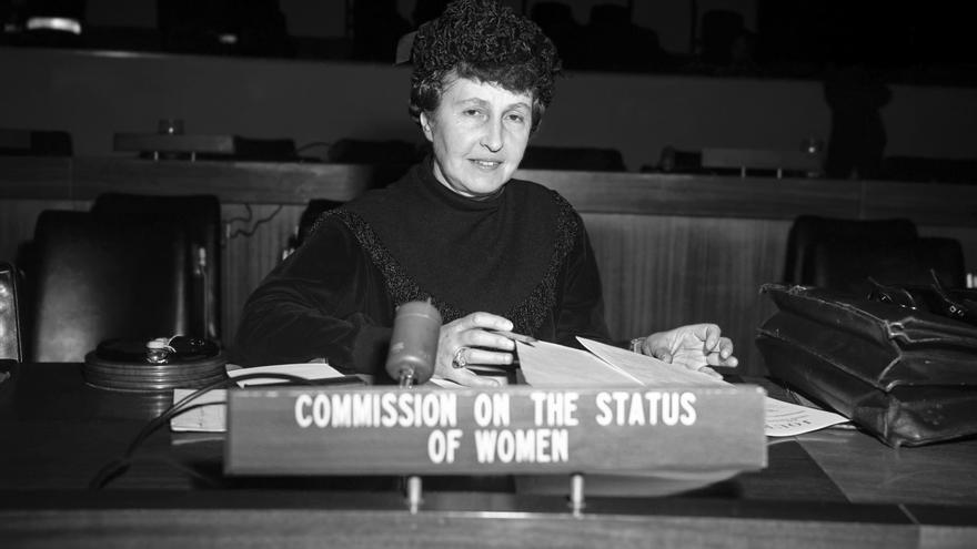 Marie-Helene Lefaucheux, de Francia, representante de la Comisión de la Condición Jurídica y Social de la Mujer de las Naciones Unidas, fotografiada en su escritorio de la sala de conferencias al final de la reunión de la Subcomisión de Prevención de Discriminaciones y Protección a las Minorías de las Naciones Unidas. 11 de enero de 1962 Naciones Unidas, Nueva York .