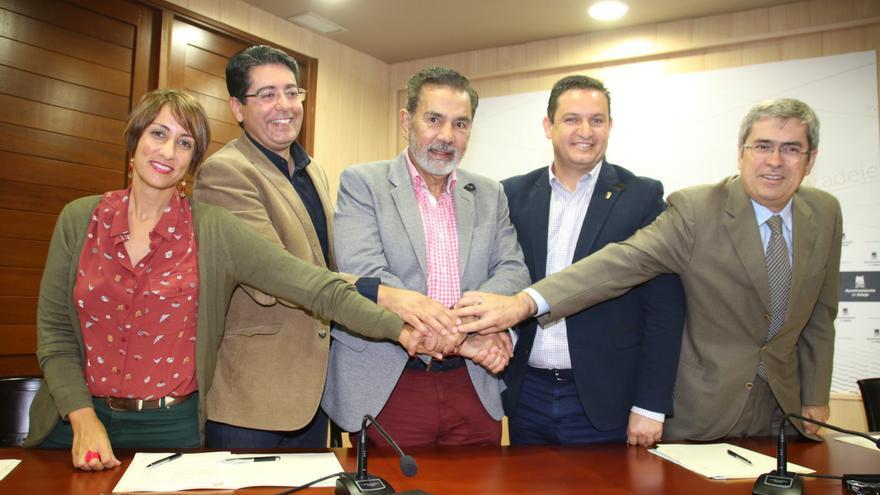 Los cinco alcaldes integrantes de la asociación canaria de municipios turísticos