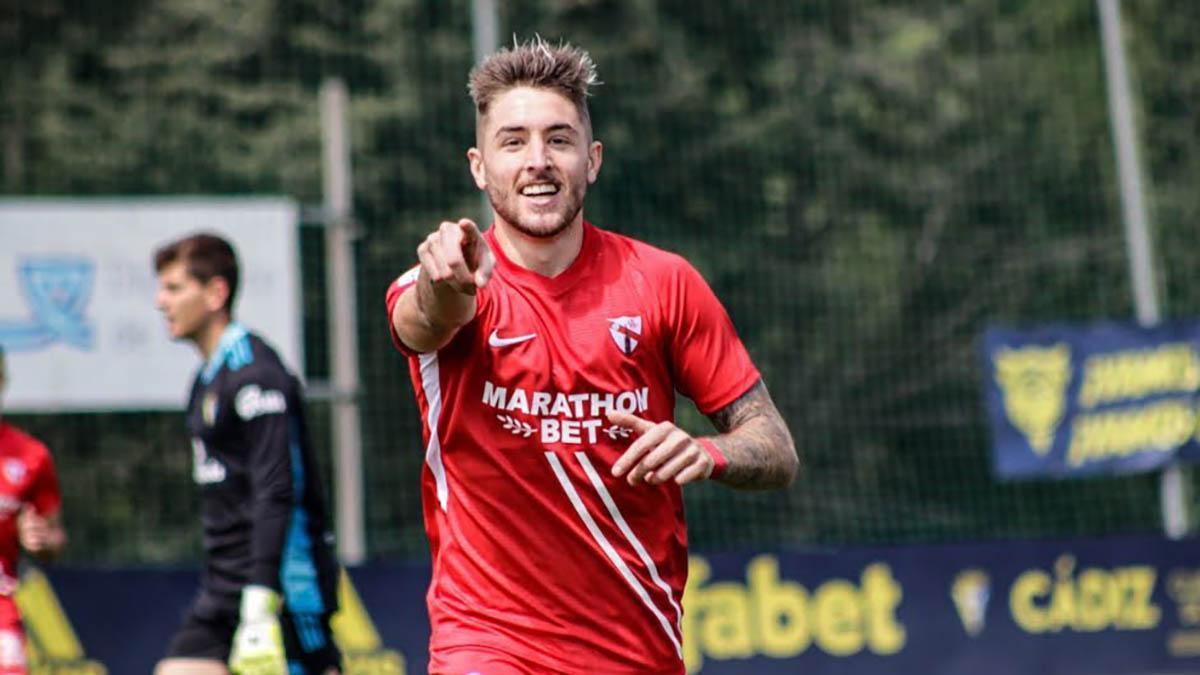 Antonio Casas celebrando un gol con el Sevilla Atlético