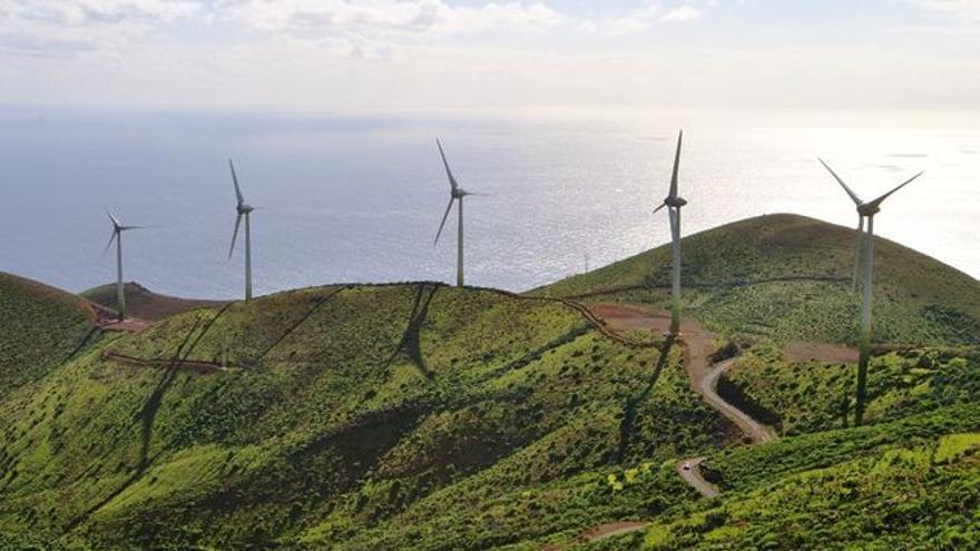 Parque eólico central en Gorona, El Hierro. | Efe