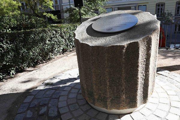 Monolito sobre el que descansa la placa de homenaje a las víctimas de los atentados de París instalada en la Plaza de la Villa de París | Fotografía: Ayuntamiento de Madrid