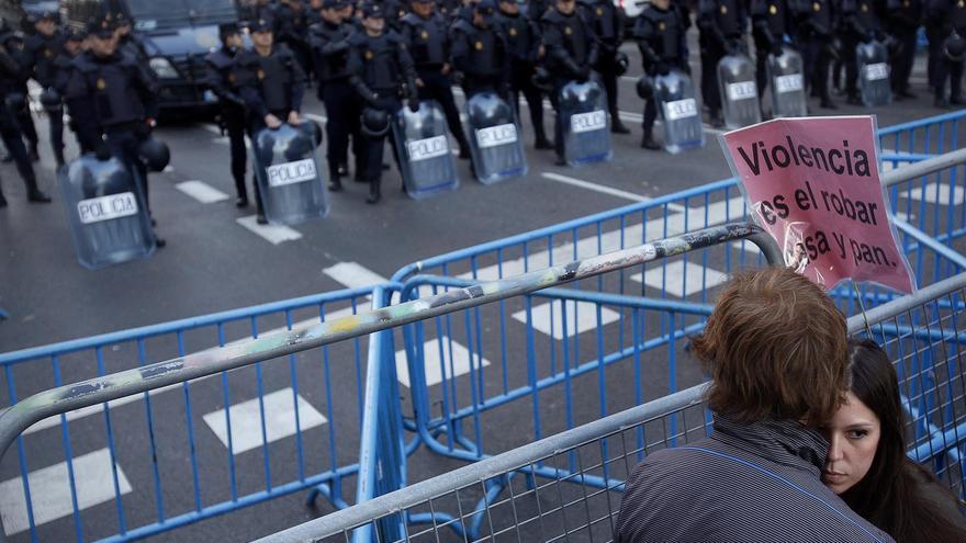 La Policía custodiando Génova, calle de la sede del PP / Olmo Calvo
