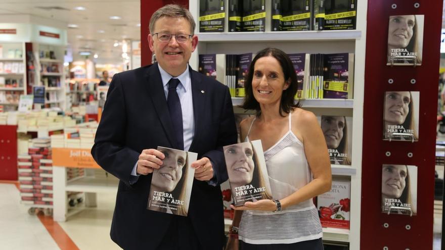 El president Ximo Puig junto a Patricia Campos, autora del libro 'Tierra, Mar y Aire'