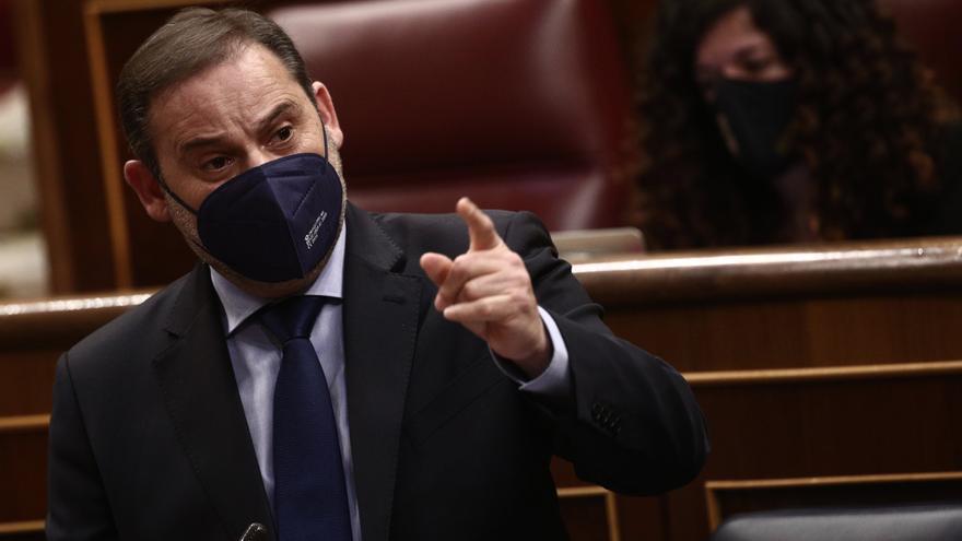 El ministro de Transportes, Movilidad y Agenda Urbana, José Luis Ábalos, interviene en una sesión de control al Gobierno, a 14 de abril de 2021, en el Congreso de los Diputados, Madrid, (España). Durante el pleno, el Gobierno dará cuenta de los datos y ge