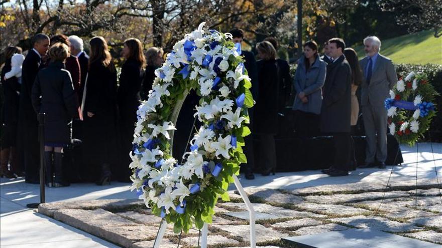 Los Obama y los Clinton homenajean a Kennedy con ofrenda floral en su tumba