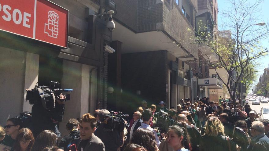 Colas de ciudadanos a la entrada de Ferraz.