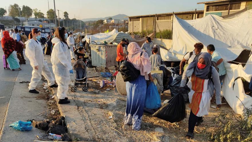 La policía griega comienza traslado de miles de refugiados a un nuevo campo en Lesbos tras el incendio de Moria