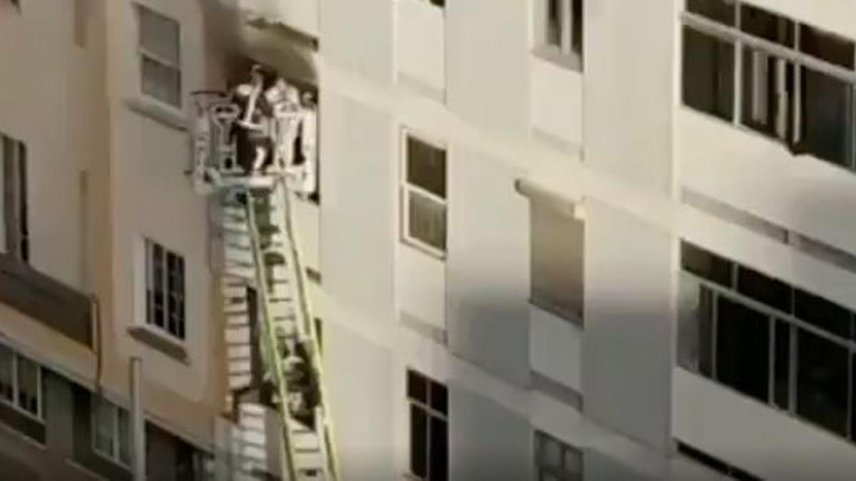 Rescate de los tres ancianos afectados por el incendio de su vivienda en Santa Cruz de Tenerife
