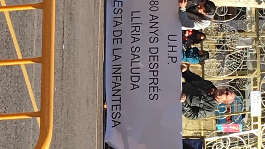Pancarta alusiva a los 80 años de la Festa de la Infantesa.