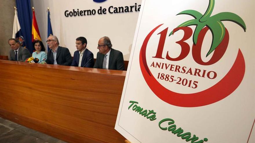La presidenta del Parlamento de Canarias, Carolina Darias (2i); el consejero de Agricultura de la comunidad autónoma, Narvay Quintero (2d); sus homólogos en los cabildos de Gran Canaria y Fuerteventura, Miguel Hidalgo (c) y Juan Estárico (i), y el presidente de las patronales Fedex y Aceto, José Juan Bonny (d),