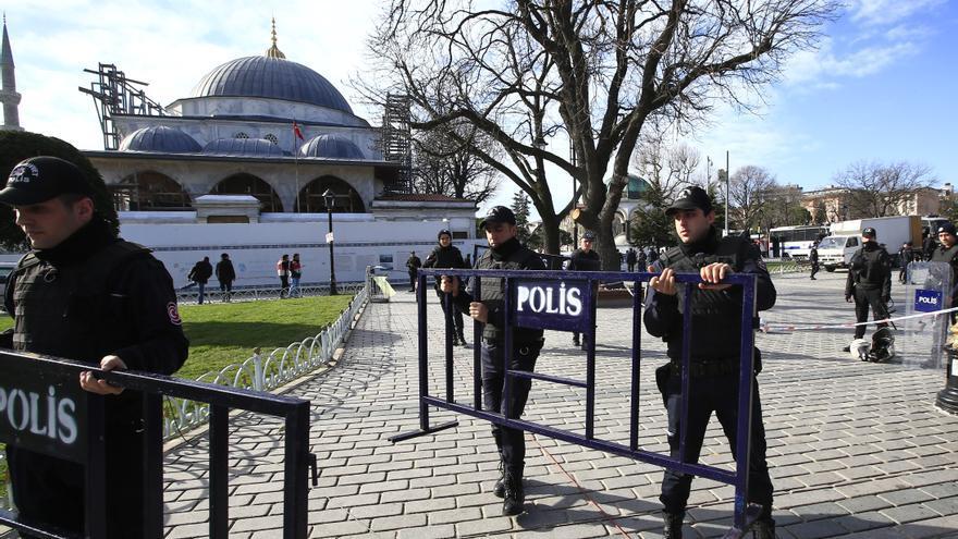 Varios policías turcos colocan vallas de seguridad en el barrio histórico de Sultanahmet, en el que 10 personas murieron en un atentado terrorista