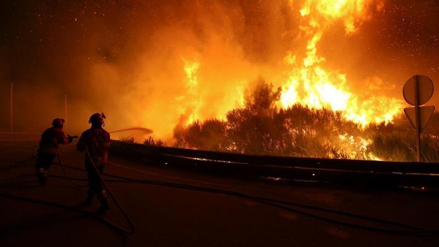 Más de 400 bomberos trabajan por segundo día en un fuego en el norte de Portugal