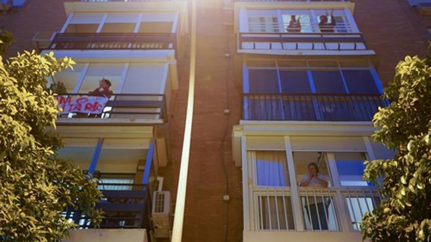 Vecinos de Sevilla aplauden a los servicios sanitarios