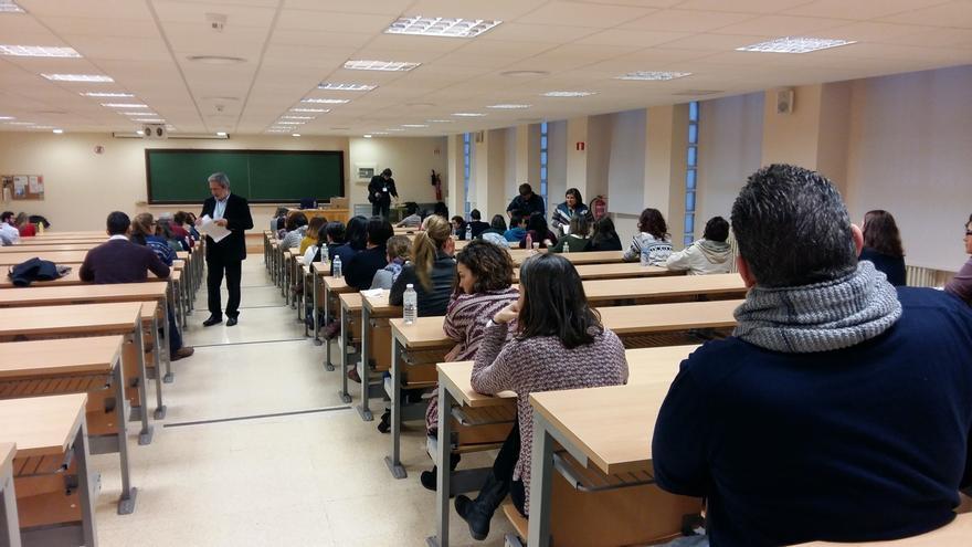 Opositores durante el examen.