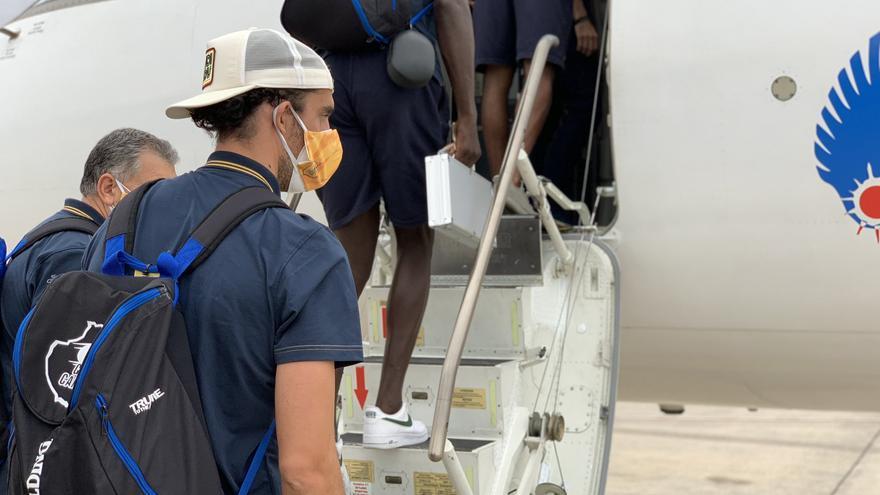 Los jugadores del Granca subiendo al avión que les llevó a Valencia.