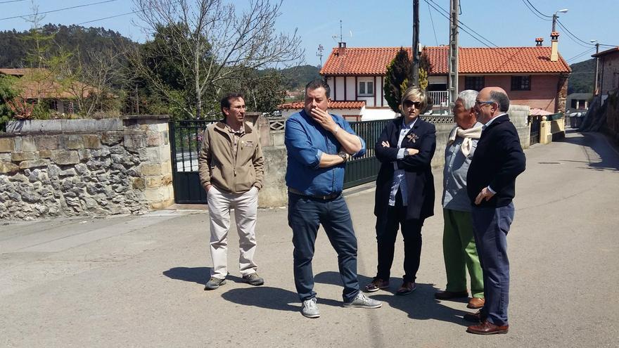 Las autoridades durante la visita a Camargo.