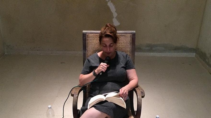 Tania Bruguera leyendo el texto de Hannah Arendt | Foto: Pablo León de la Barra  | Bienal de La Habana