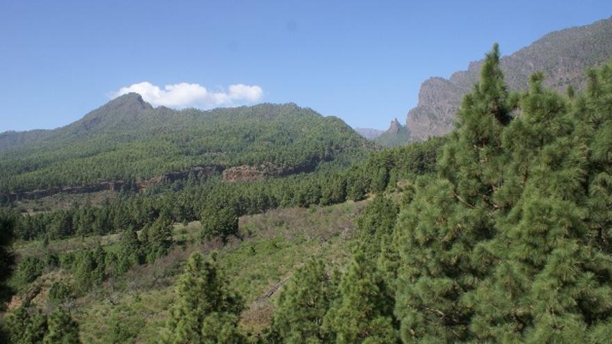 Mi maravillosa patria hoy silenciosa (El Riachuelo, Punta de Los Roques y Benehauno con el poblado de Cuevas de Herrera en los riscos que delimitan sus faldas).