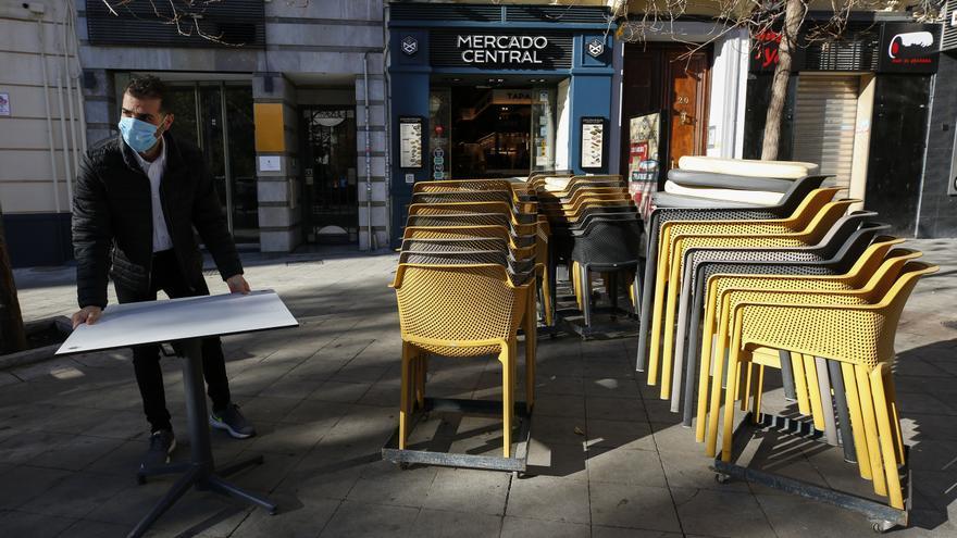 Camareros limpiando y poniendo las mesas en las terrazas tras rebajar la Junta de Andalucía las restricciones
