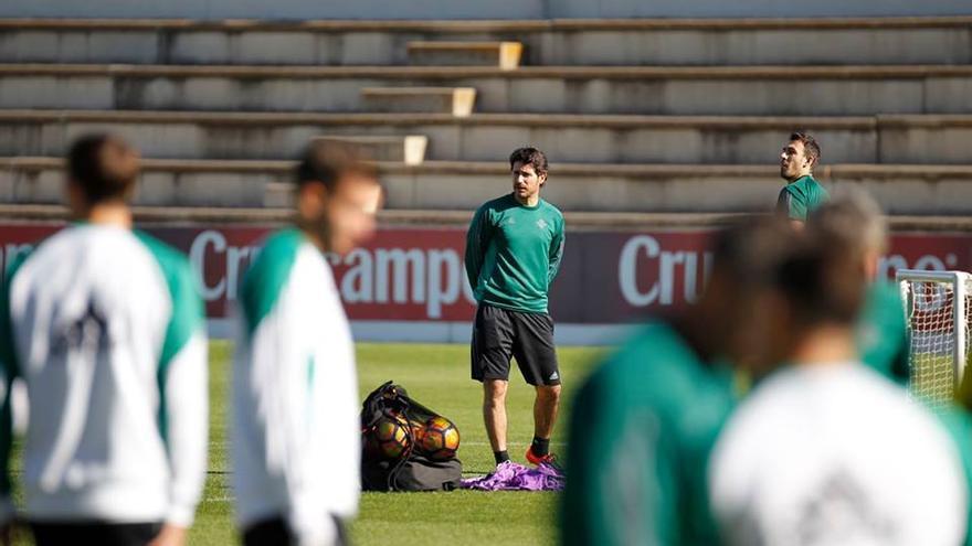 El entrenador del Real Betis Balompié, Víctor Sánchez del Amo, durante un entrenamiento con el equipo.
