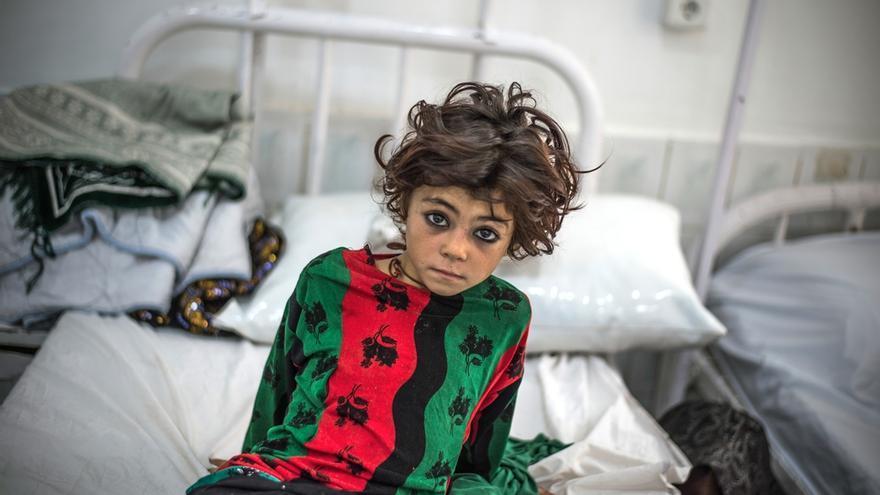 Una niña espera en la sala de urgencias del hospital de Boost, en Lashkar Gah, (Helmand), en el sur de Afganistán. Allí MSF cuenta con uno de los tres hospitales de referencia del país y que apoya desde hace siete años. Gracias al personal -700 personas contratadas localmente y 25 de origen internacional-, ofrece asistencia pediátrica y de maternidad, servicios de cirugía, medicina interna, urgencias y cuidados intensivos. Además, apoyan el diagnóstico y seguimiento de pacientes con tuberculosis, enfermedad que constituye una importante amenaza para la salud pública en Afganistán y a la que sin embargo se presta poca atención. © Kadir Van Lohuizen/Noor