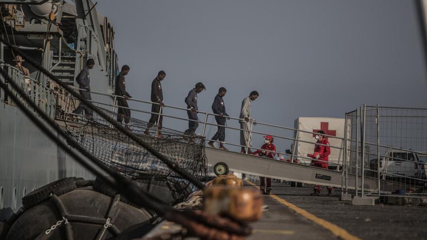 Varios migrantes desembarcan en el puerto de Catania (Sicilia) tras ser rescatdos en el Mediterráneo en su intento de llegar a Italia. | Pabo Tosco - Oxfam Intermón